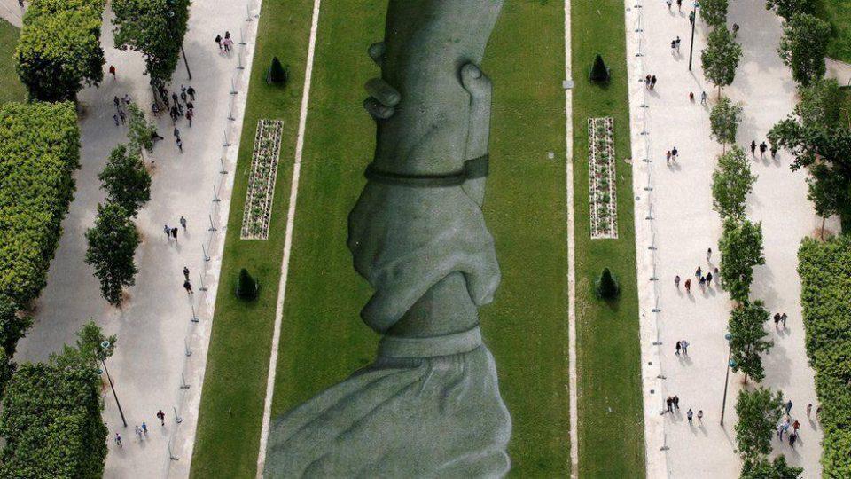 600-метровая картина появилась на траве у подножия Эйфелевой башни