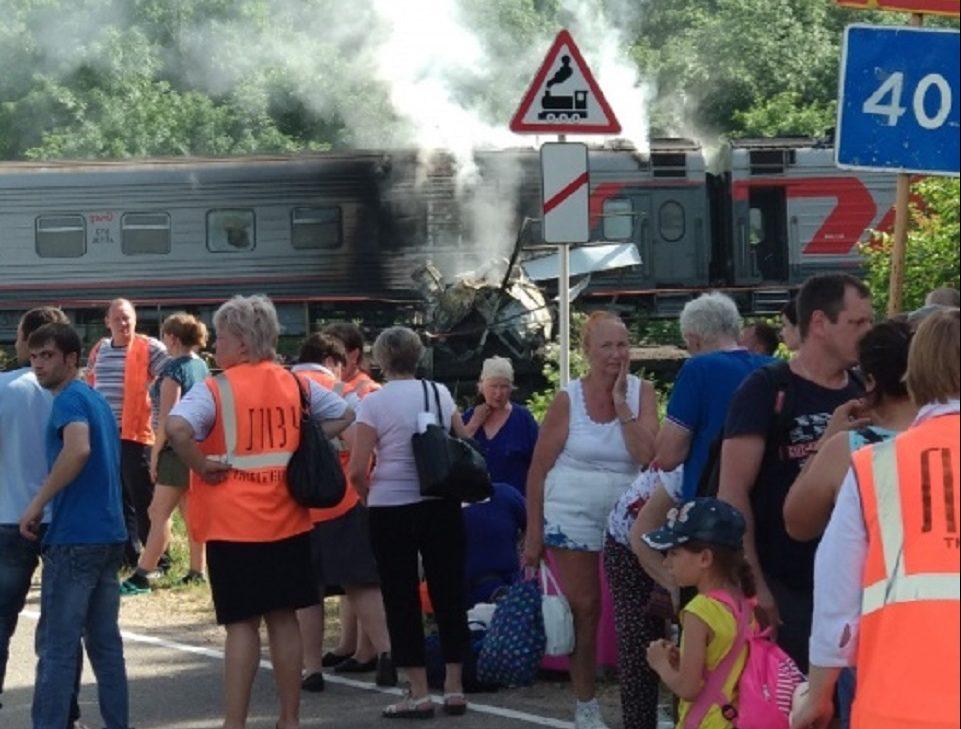 Поезд из Адлера врезался в бензовоз под Краснодаром