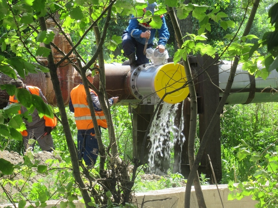 УК Теплокомплекс провел ремонт магистрального трубопровода на Алюминиевой