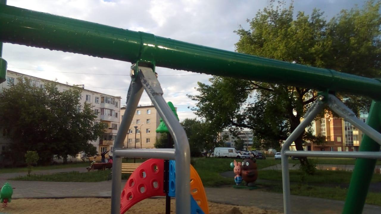 Неравнодушные каменцы сами отремонтировали качели в Тимирязевском сквере
