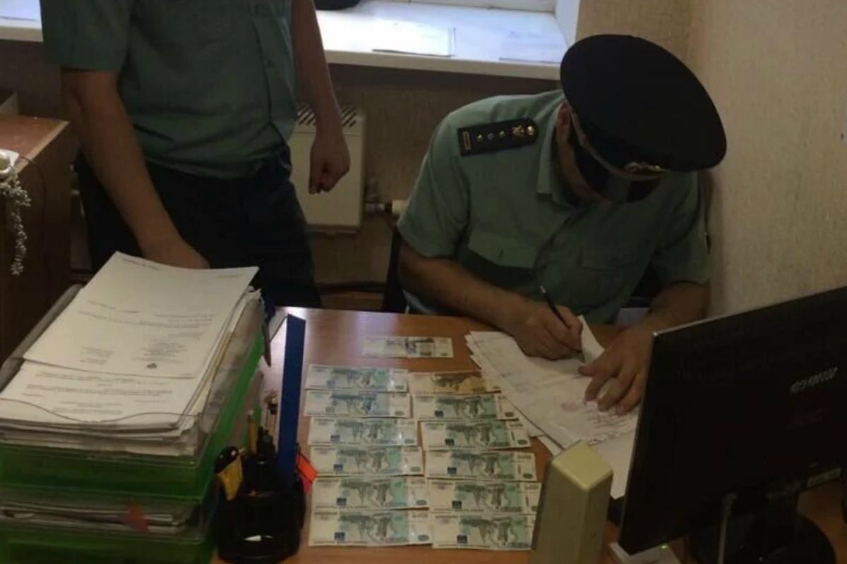 Таджикские предприниматели пытались вывезти из Екатеринбурга три миллиона рублей