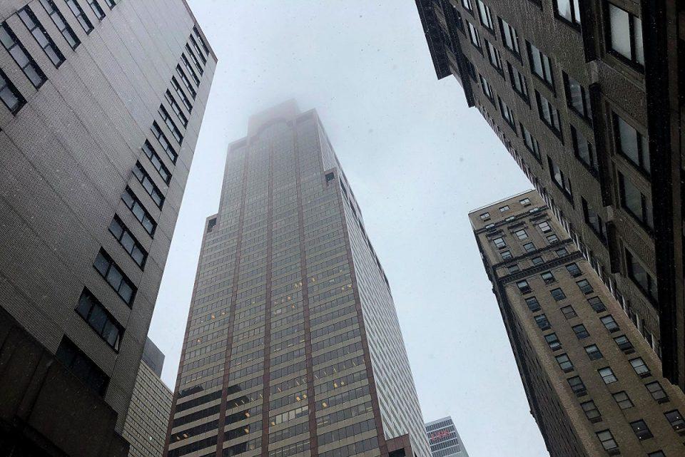 На Манхеттене вертолет врезался в небоскреб