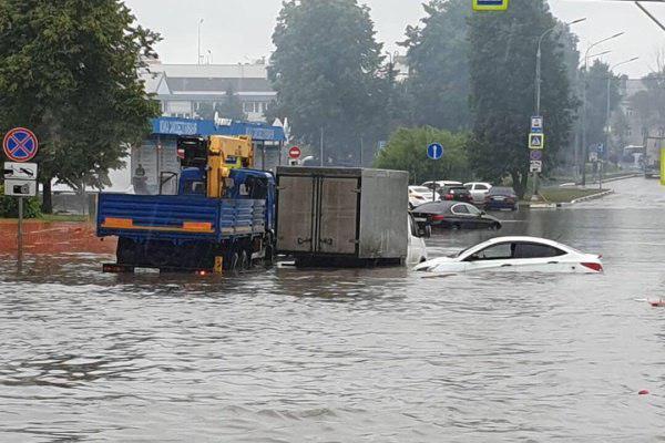 Три водооткачивающие машины работают у аэропорта Шереметьево в Москве