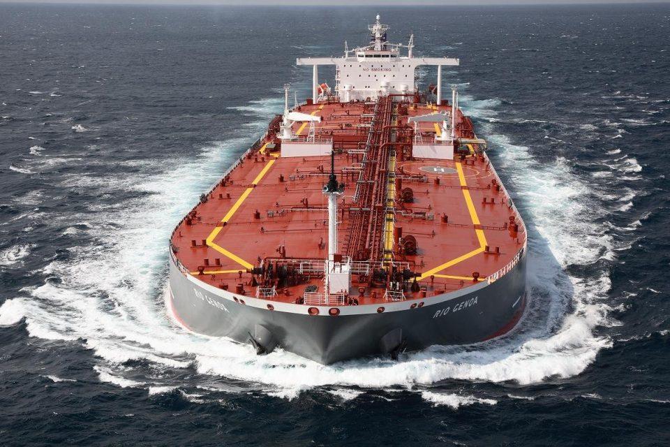 В Оманском заливе тонет нефтяной танкер: сообщается о торпедной атаке