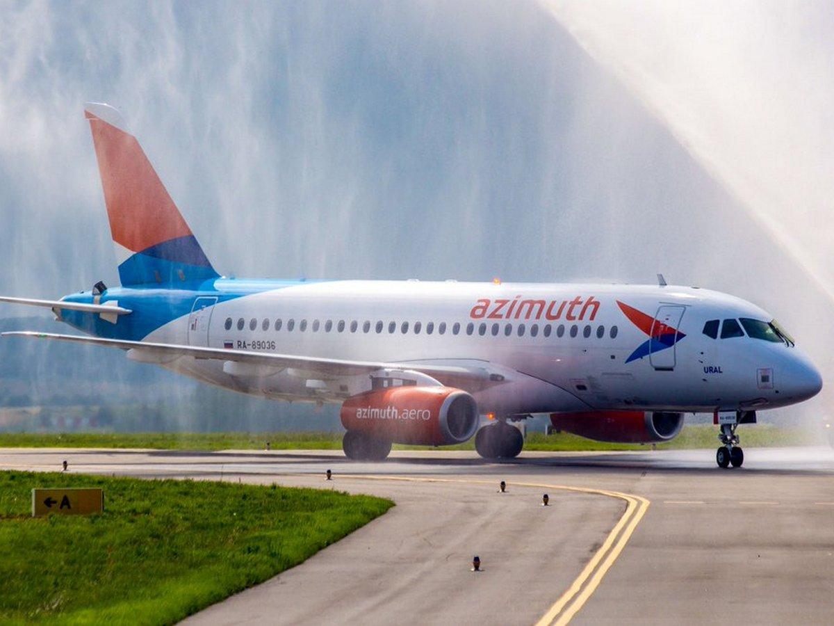 Самолет Sukhoi Superjet 100 экстренно сел в Самаре из-за неисправного двигателя