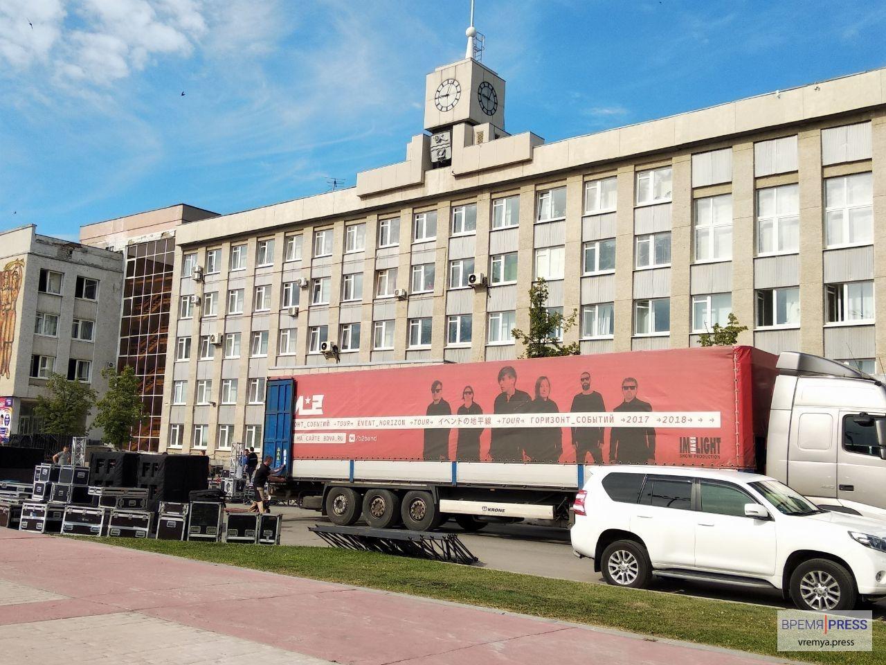 Би-2 на День города? Фура с логотипом и фото группы появилась на площади Ленкома