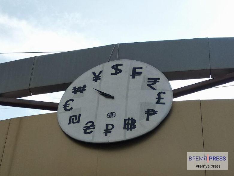 Время - деньги: странные часы в Каменске-Уральском появились напротив ТЦ Октябрьский