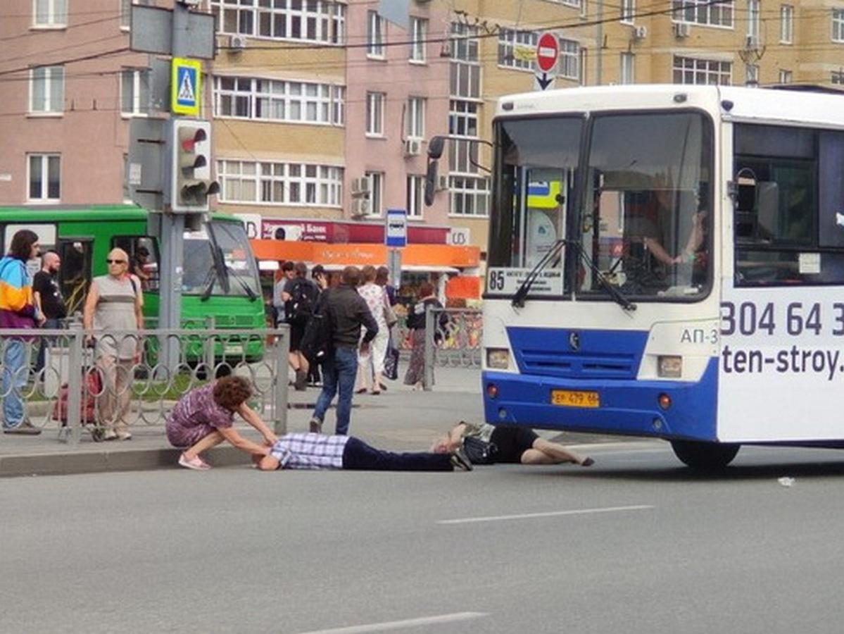 В Екатеринбурге автобус сбил двух человек