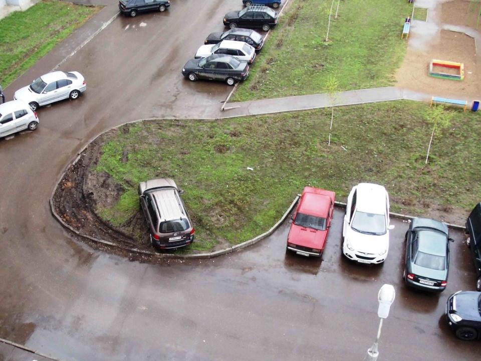 Автовладельцев Каменска-Уральского стали массово штрафовать за парковку на газонах