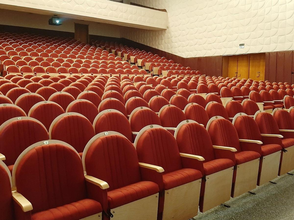 В Драме №3 установили новые кресла в большом зале