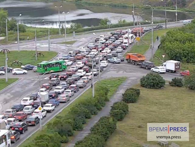 Движение на Байновском мосту вновь парализовано