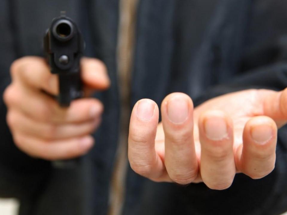 В Киргизии сторож лагеря застрелил двух человек и держит в заложницах женщину