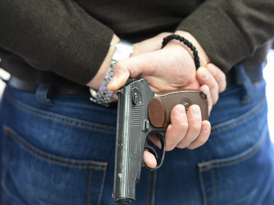 В Екатеринбурге 15-летний подросток выстрелил в 14-летнюю девочку