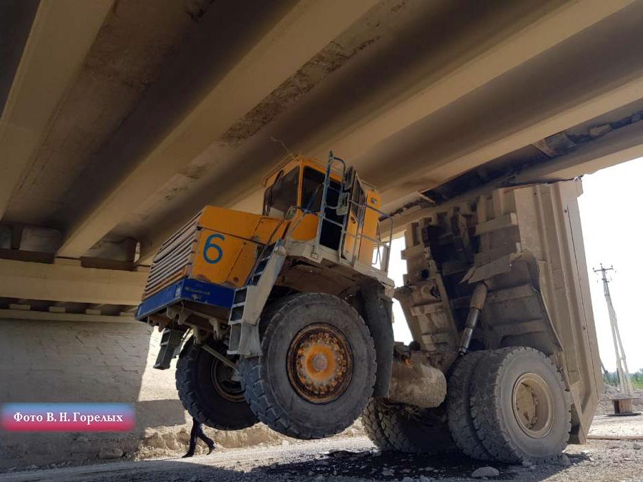 Самосвал протаранил мост в Свердловкой области