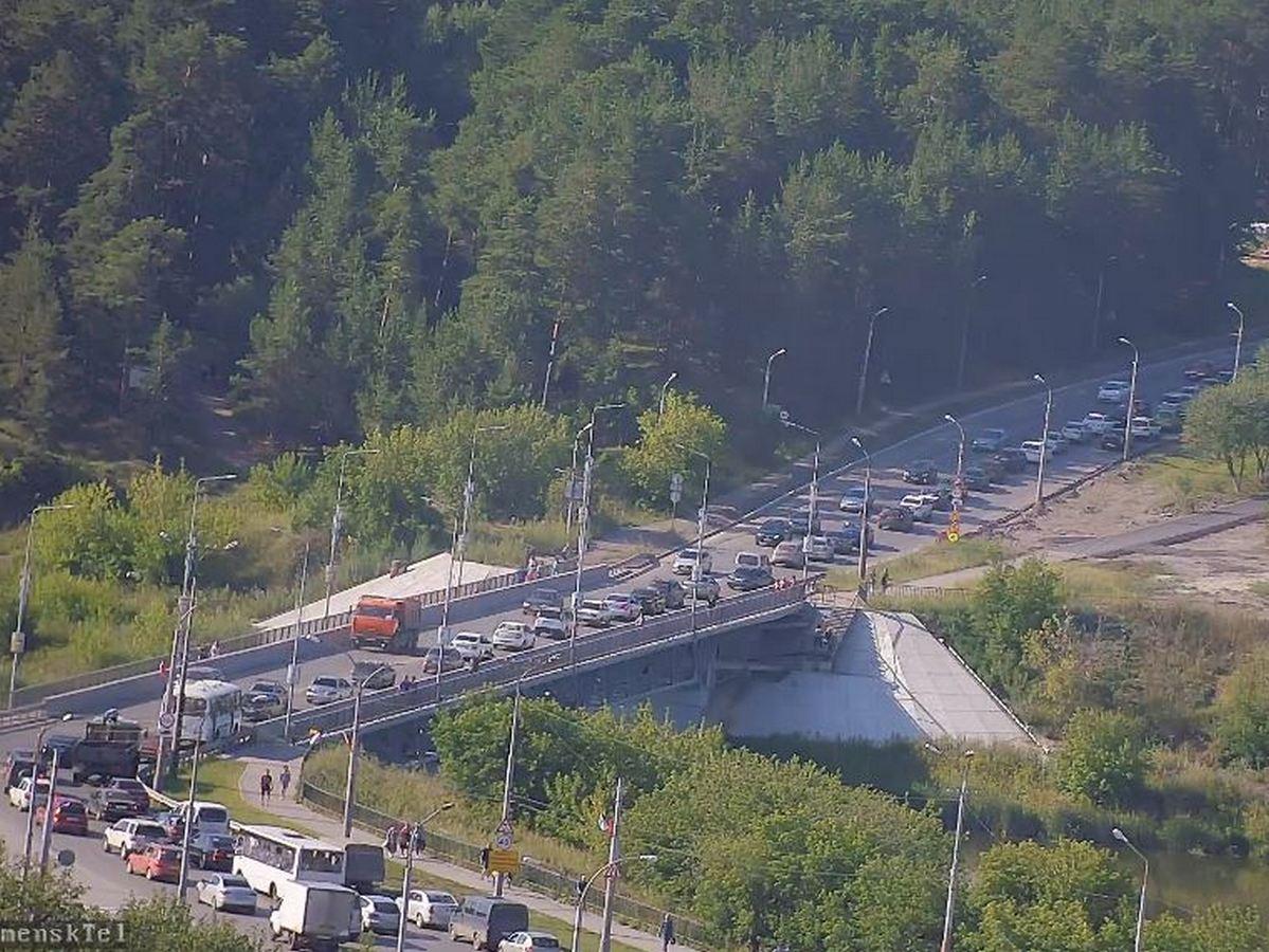 Авария у Байновского моста парализовала движение