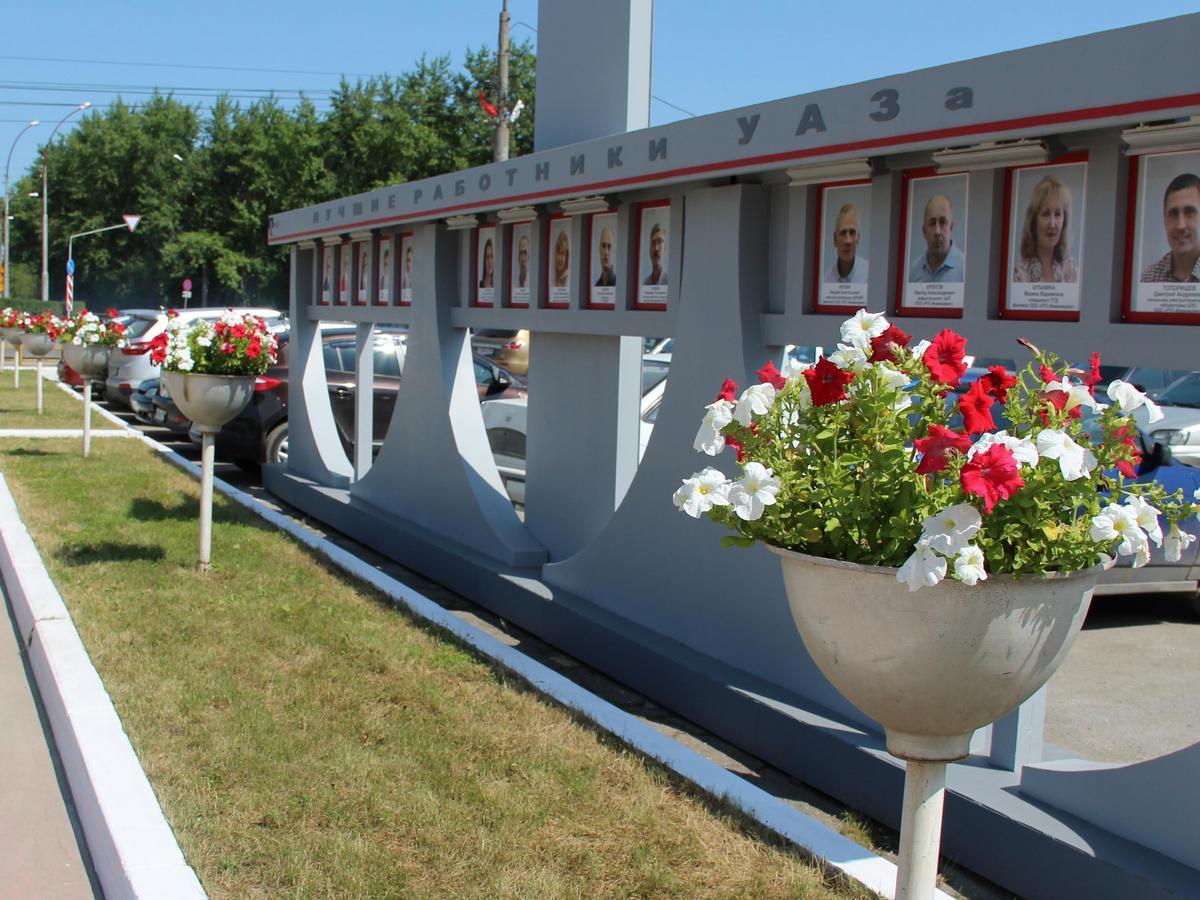 К юбилею УАЗа на заводе высадили 10 тысяч цветов