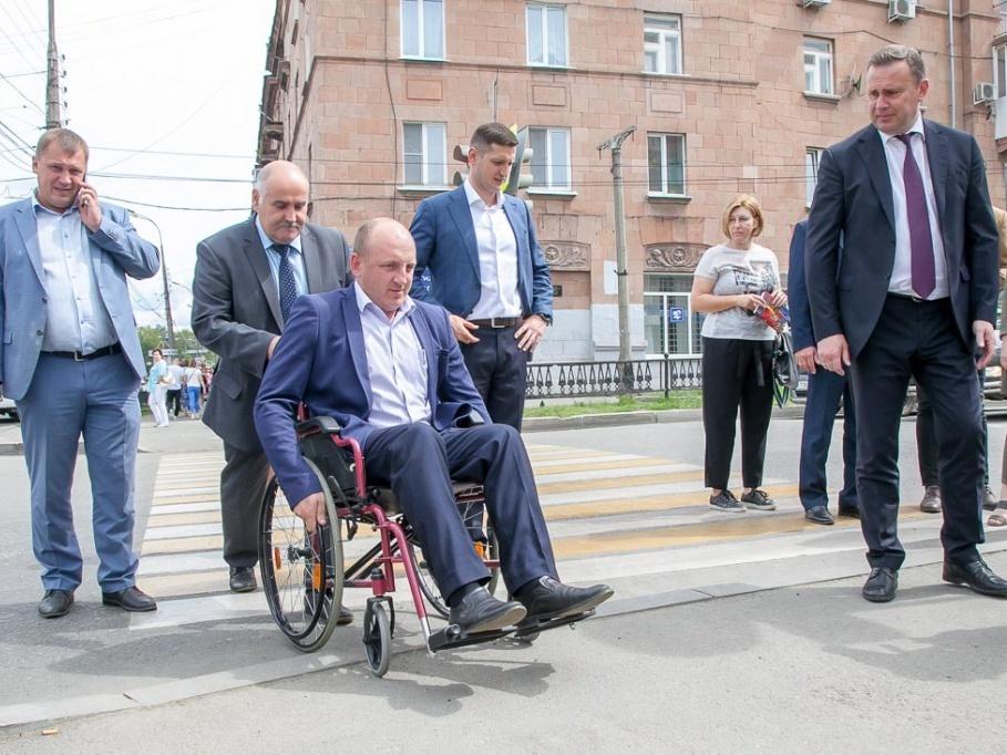 Мэр Нижнего Тагила пересадил дорожников на инвалидные кресла