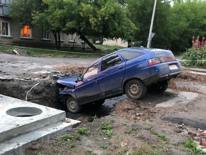 """Каменский автомобилист проехал под """"кирпич"""" и попал в яму с коммунальными раскопками"""