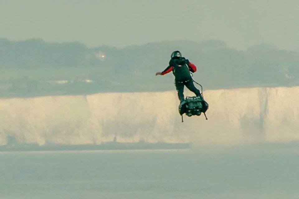 Инженер, перелетевший Ла-Манш на доске, представит летающее авто