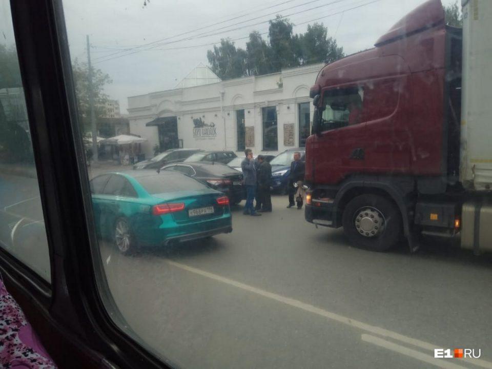 Грузовик протаранил машину Высокинского в Екатеринбурге