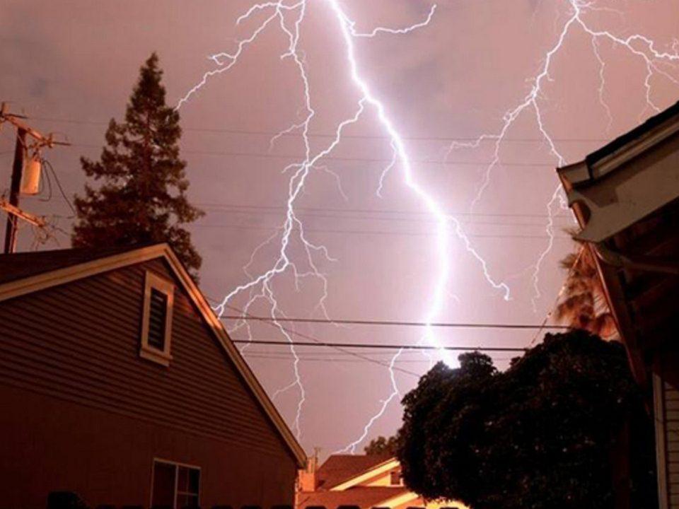 На секунду погасло электричество: Каменцы рассказали о последствиях непогоды