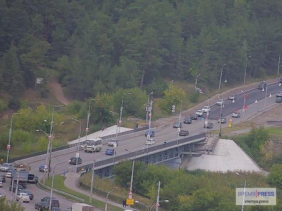 Легковушка и грузовик снова столкнулись у Байновского моста