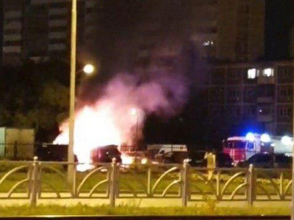 Три дорогие иномарки сгорели ночью в Екатеринбурге