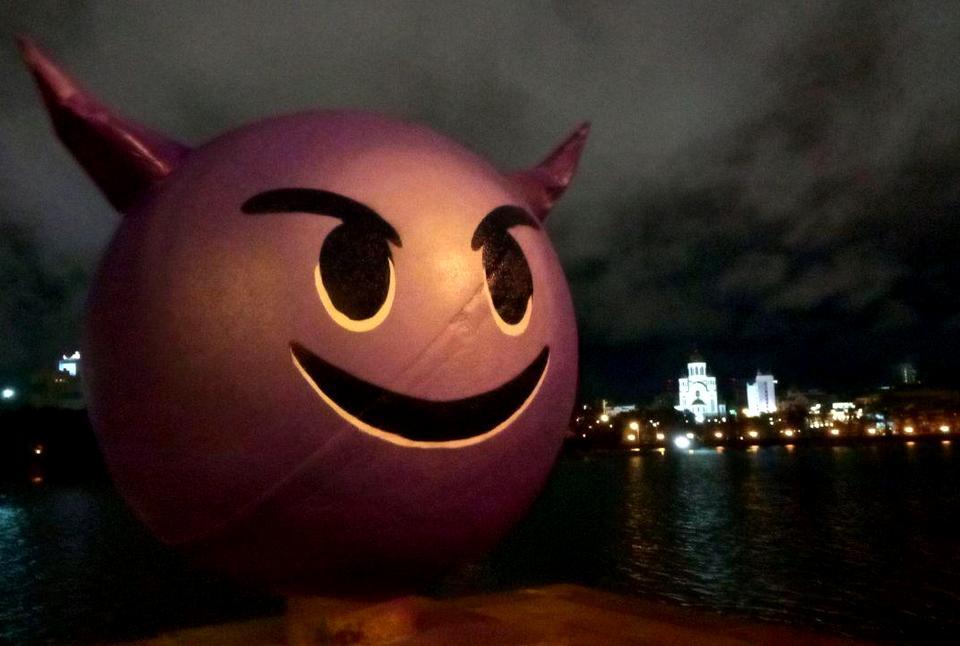 Сегодня ночью в Екатеринбурге шар на набережной превратили в беса с рогами