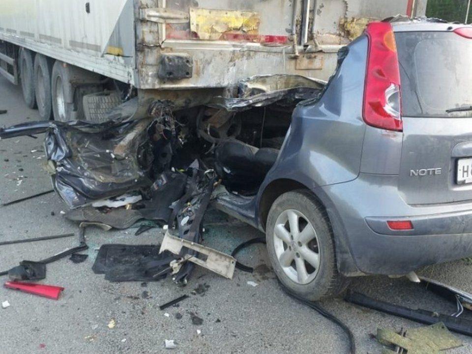 Легковушка влетела под фуру на Серовском тракте, водитель погиб