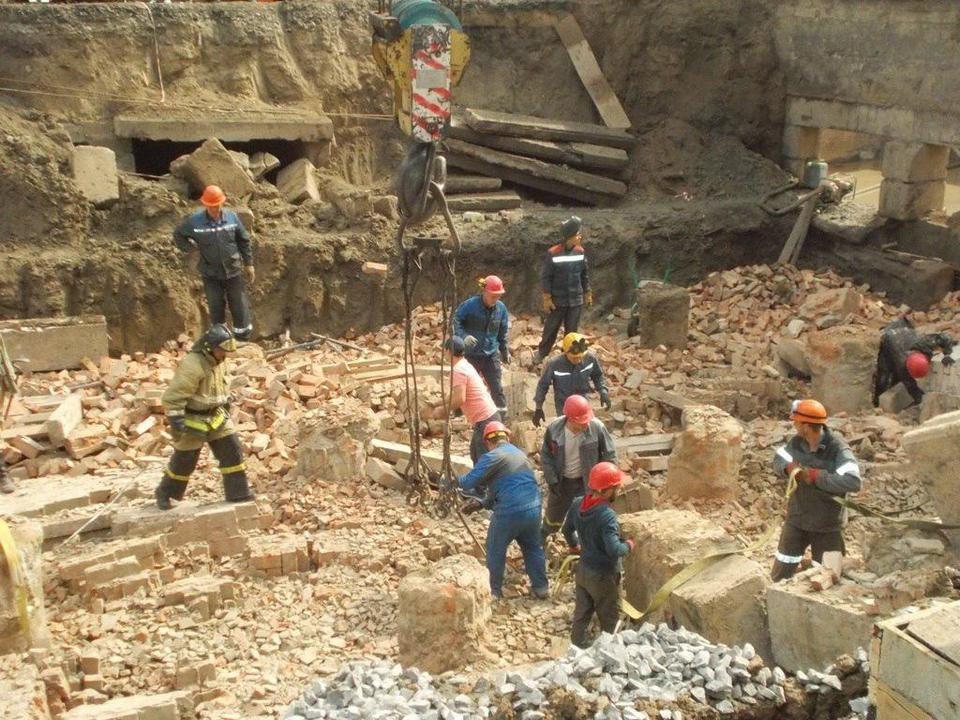На месте обрушения здания в Новосибирске работают более 70 человек