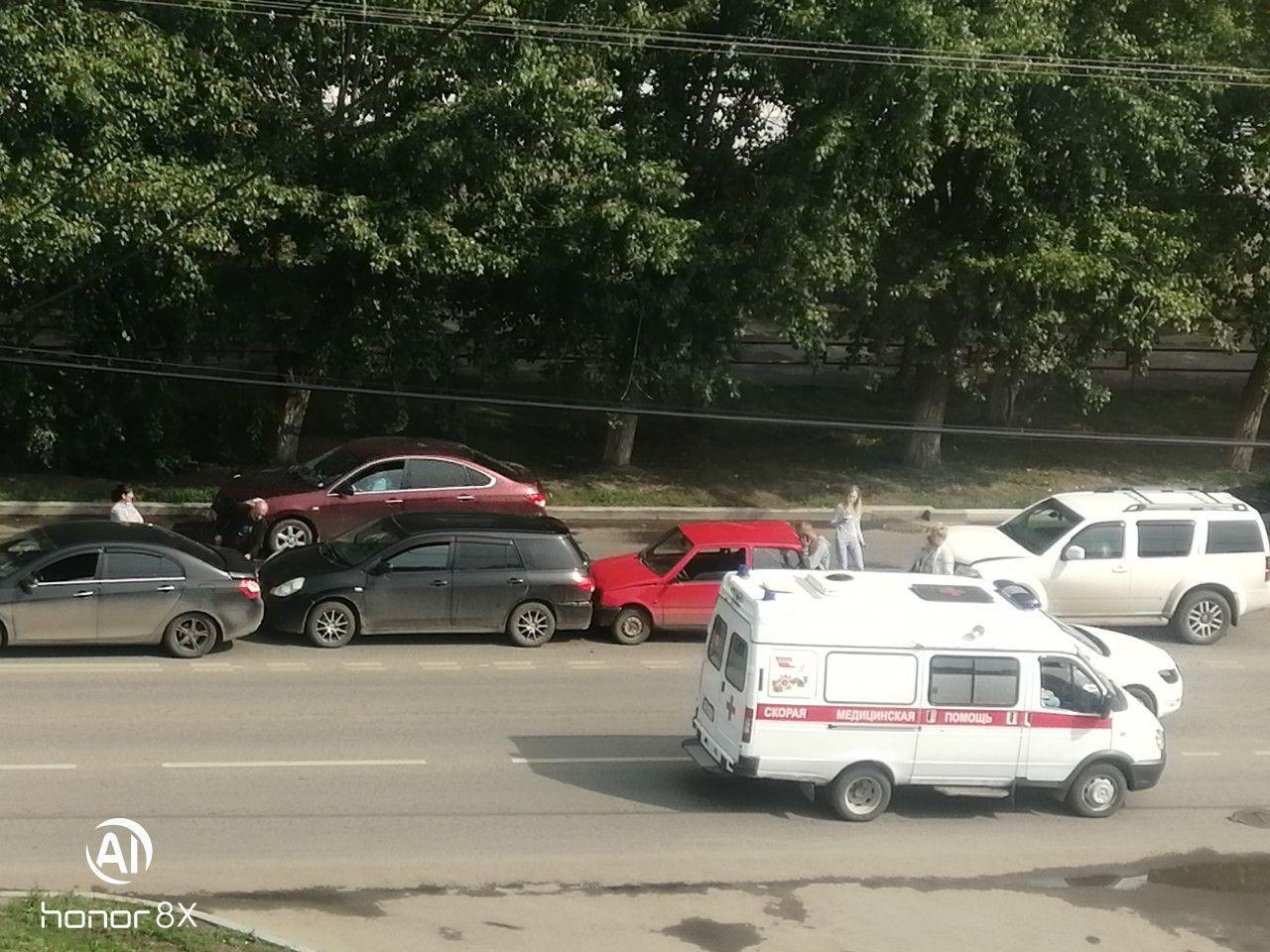 Авария с участием четырех машин произошла у Выставочного зала