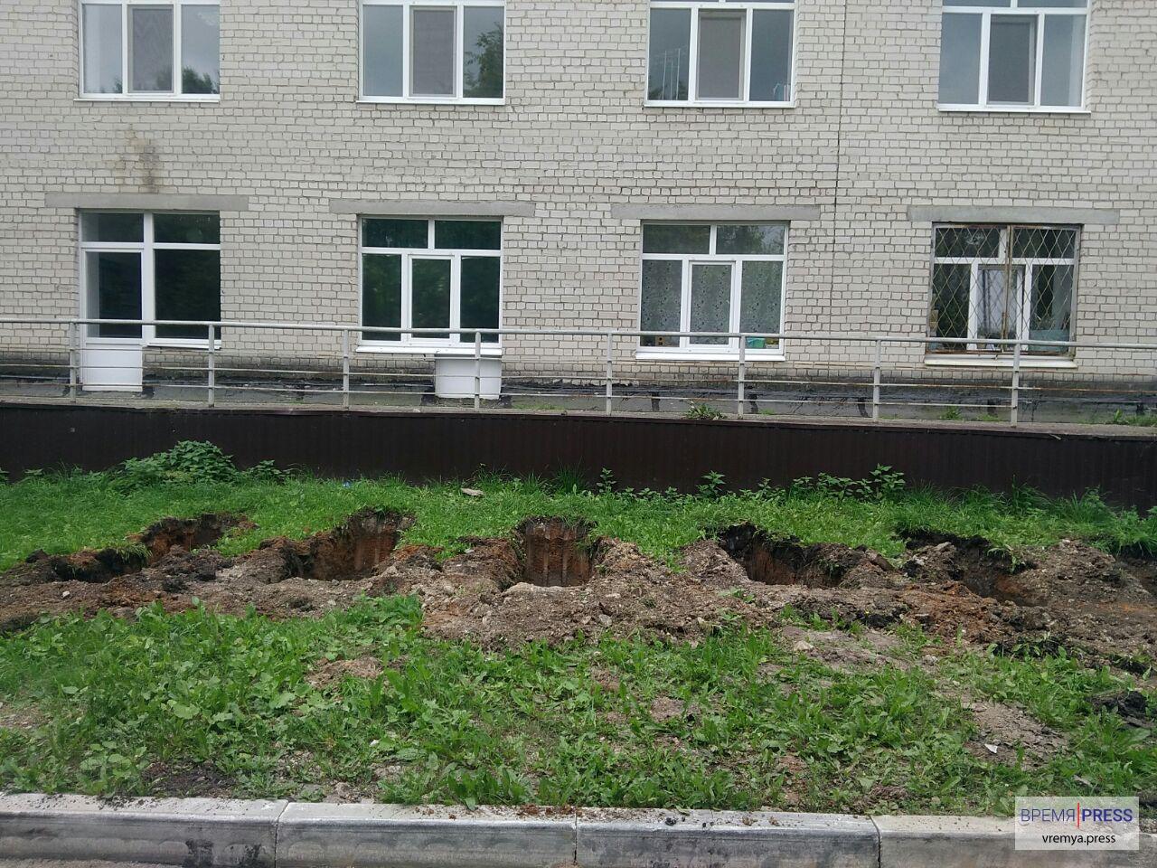 У входа в третий корпус Горбольницы Каменска-Уральского строят пандус