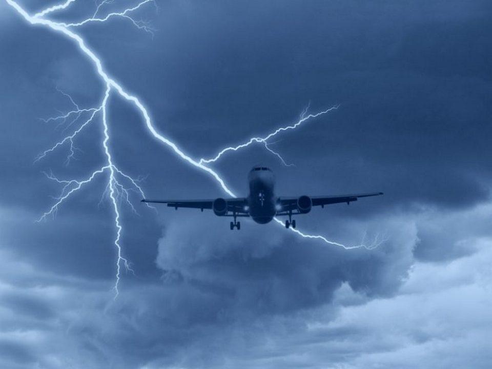 СМИ: В Нижневартовске в самолёт попала молния