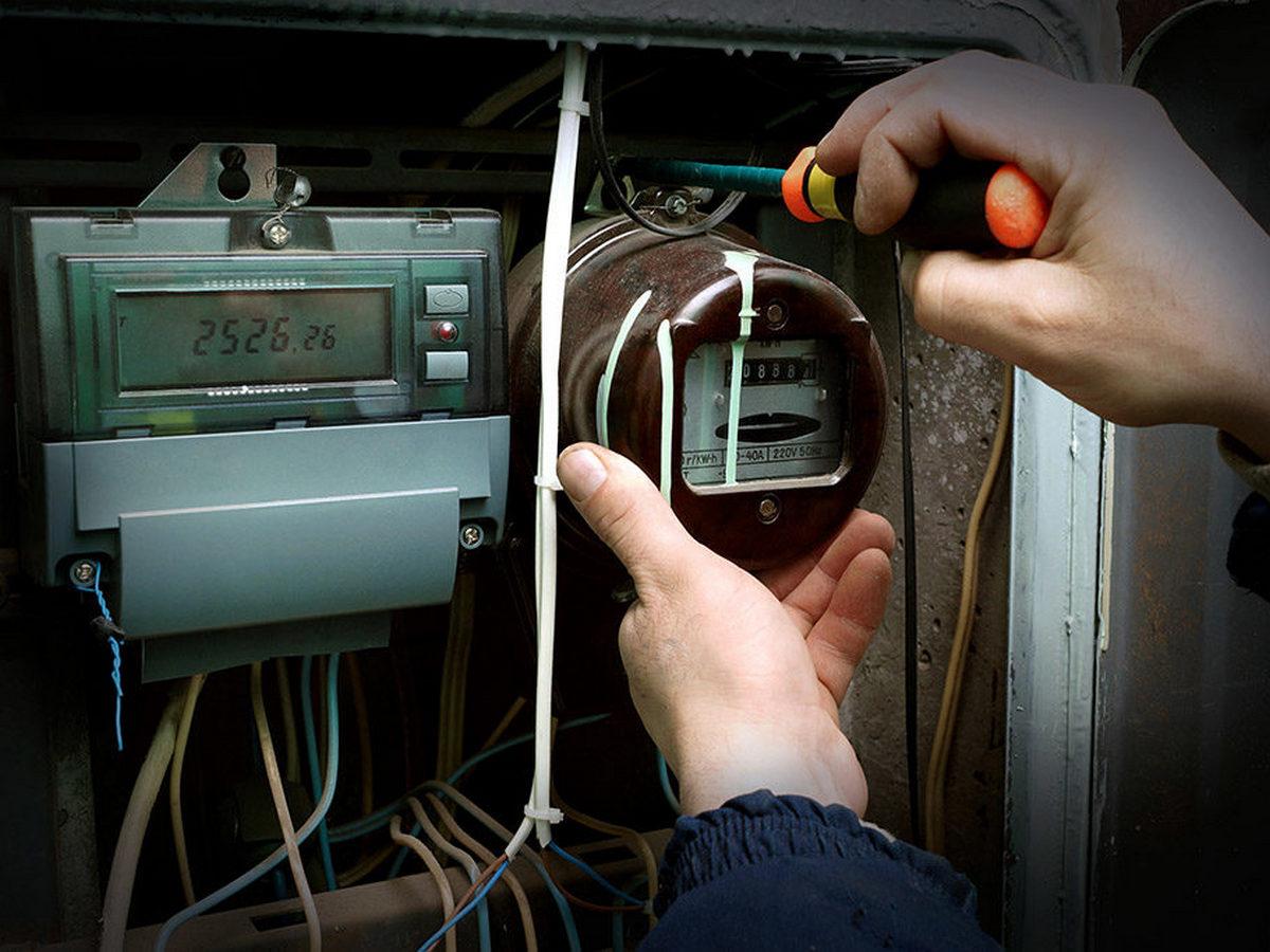 Неплательщица за ЖКХ украла ключи у мужчины, пришедшего отключать свет в квартире
