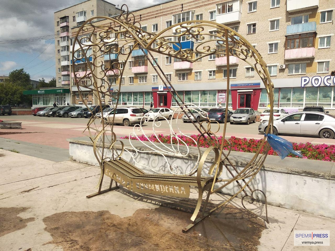Каменские вандалы погнули кованую Скамью примирения в центре города