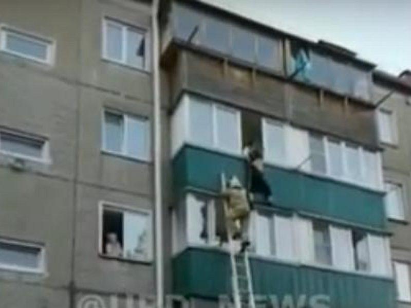 На Сахалине с четвертого этажа выпал молодой мужчина, очевидцы поддерживали как могли
