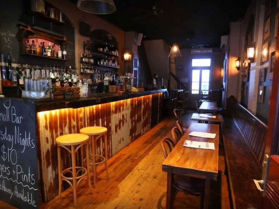 Госдума одобрила запрет торговли алкоголем в небольших барах и кафе