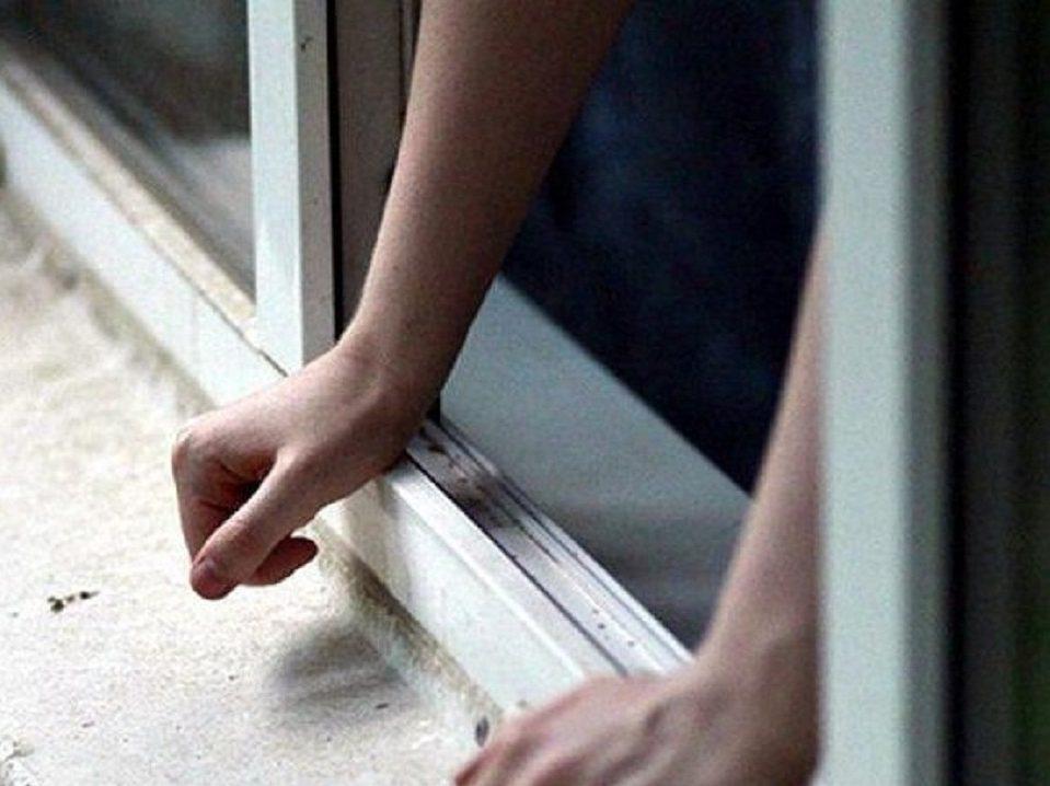 19-летняя девушка, выпавшая из окна пятого этажа по улице Репина, транспортирована в Екатеринбург