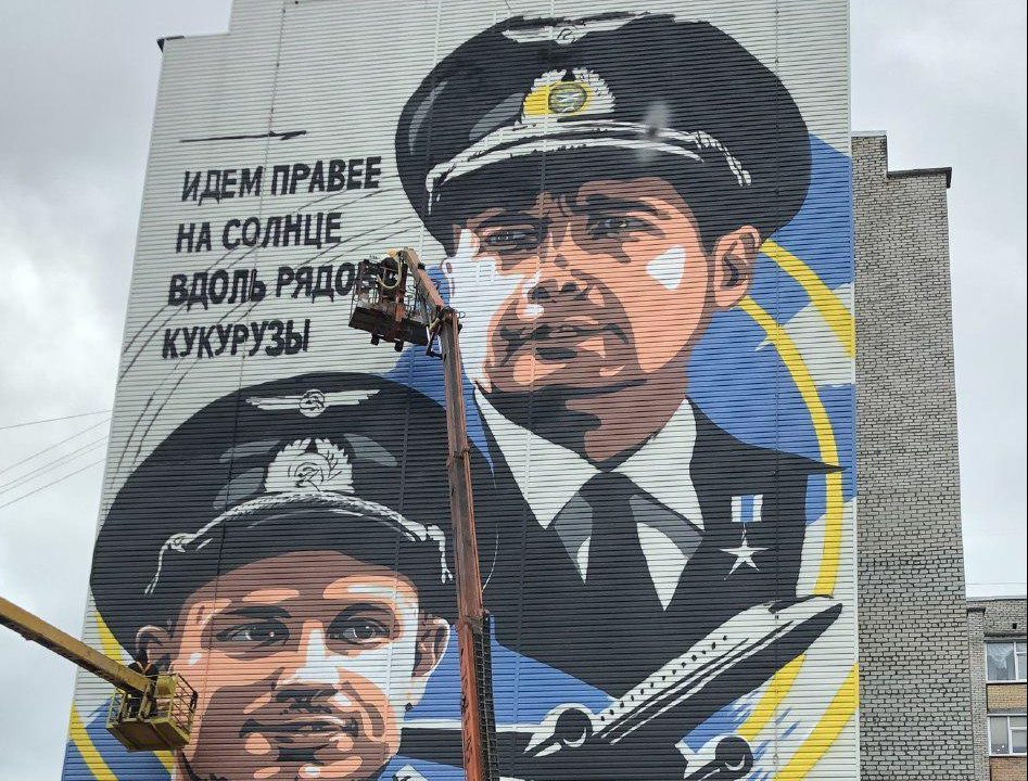 В Сургуте увековечили подвиг пилотов Дамира Юсупова и Георгия Мурзина