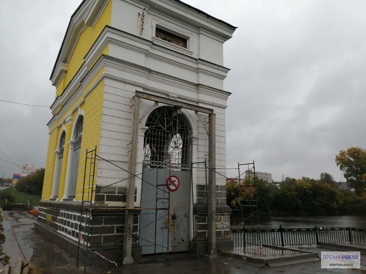 Водоканал Каменска-Уральского обновляет фасад плотины по Карла Маркса