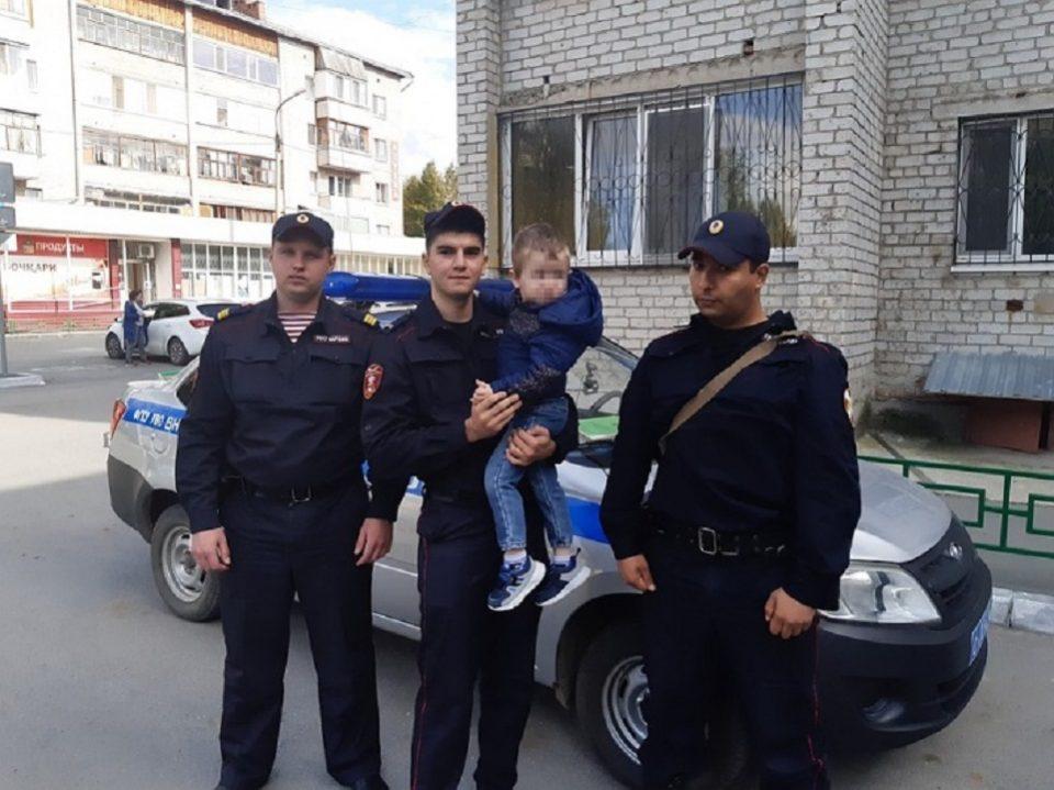 В Тюмени спасли малыша, который чуть не выпал с пятого этажа