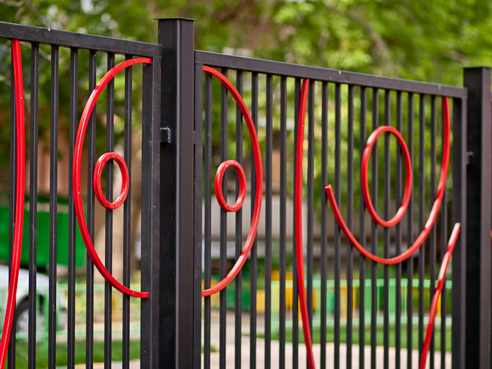 Двое жителей Каменска украли металлический забор в детском саду