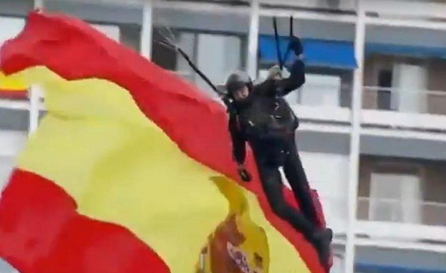 В День Испании парашютист зацепился за столб, король не в обиде
