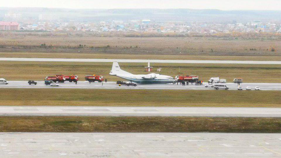Военный самолёт АН-12 произвёл аварийную посадку в Кольцово
