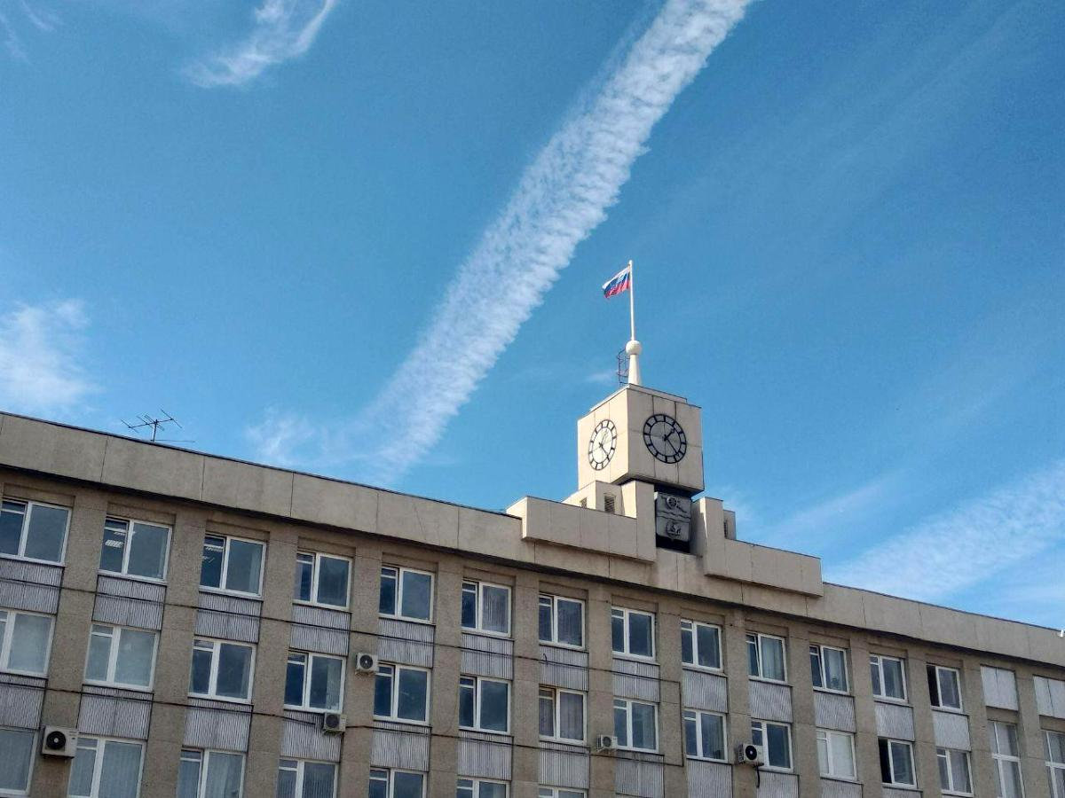 Здание администрации Каменска-Уральского украшают праздничной подсветкой