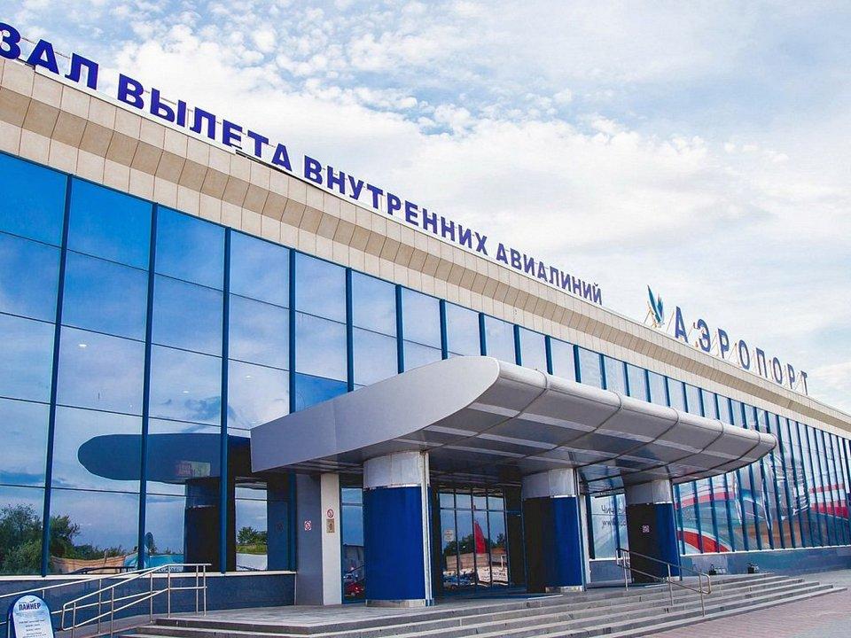 В Челябинске самоходный трап врезался в самолет с пассажирами