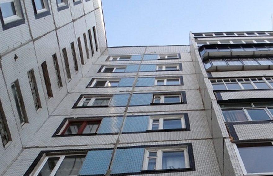 В Екатеринбурге спасли застрявшего на балконе 83-летнего пенсионера
