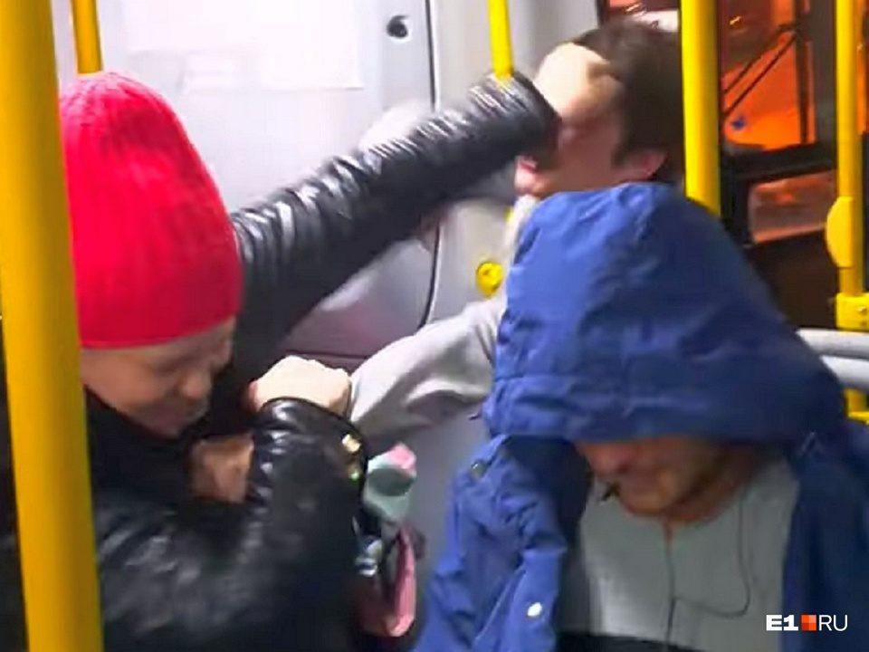Драка в автобусе между пассажиркой и кондуктором в Екатеринбурге попала на видео
