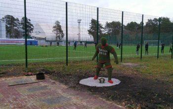 Фигуру футболиста установили у входа на стадион Космос в Каменске-Уральском