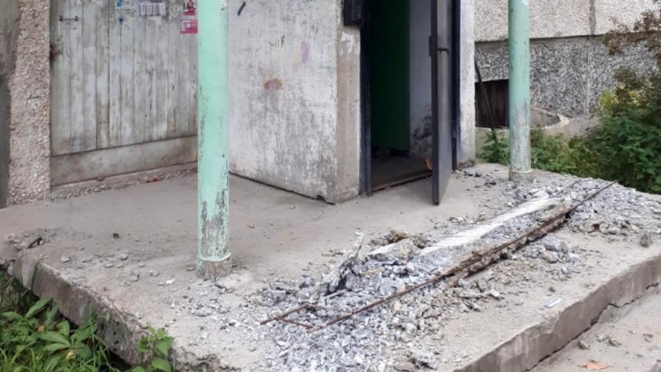 В Североуральске подросток получил травму ноги, забираясь на козырек подъезда